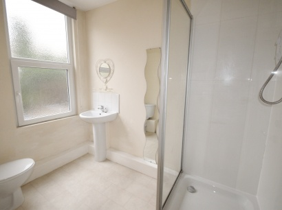 Ecclesall Road - Sheffield Student Apartment - Shower Room