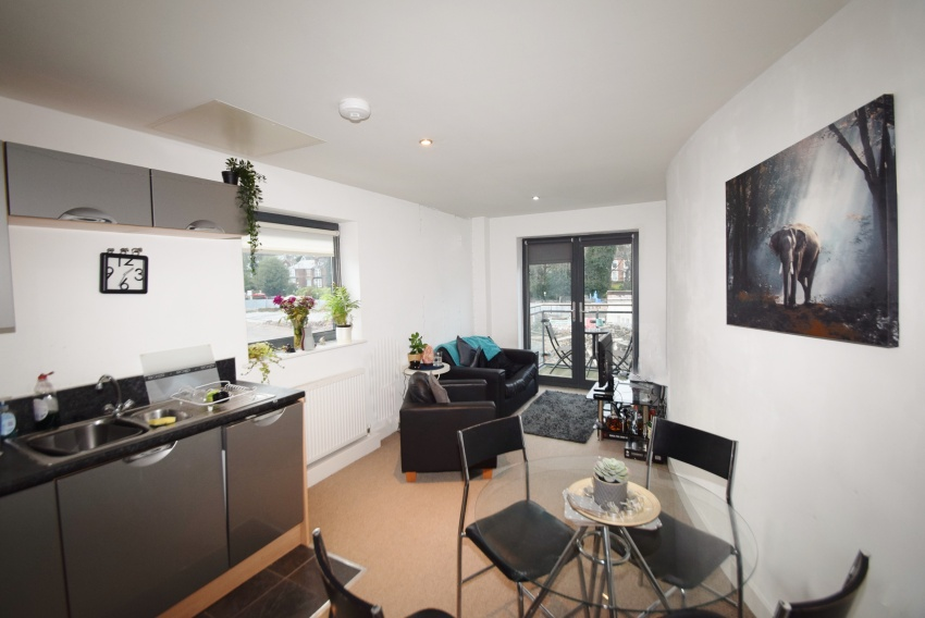 Ecclesall Road - Sheffield Student Apartment - Dining Area